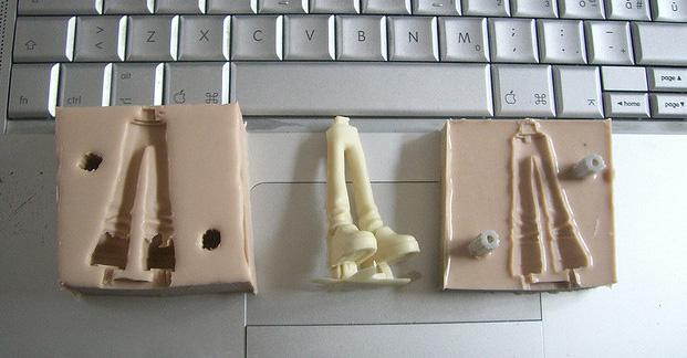 ภาพโมลด์ซิลิโคนสำหล่อโมเดล ส่วนโมเดลที่เป็นส่วนขา(น่าจะเป็นขาตัวเอกเรื่อง toy story) ตัวเนื้อเรซิ่นโมเดลดูเหมือนจะเป็น เรซิ่นแคสคิท ประเภทยูรีเทนชนิดไม่ฟูและแข็งพอใช้คัทเตอร์ตัดแต่งได้ง่าย ซึ่งไม่มีขายในเมืองไทย ณตอนนี้ เป็นยูรีเทนสองส่วนAและBผสมกัน ประมาณที่มีขายที่ Amazon